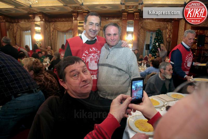 Giuseppe Sala - Milano - 06-01-2016 - Uno per tutti, tutti per la... befana dei Clochard!
