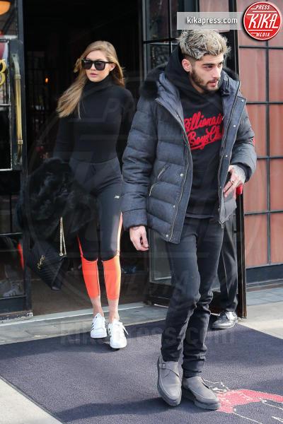 Gigi Hadid, Zayn Malik - New York - 08-01-2016 -  Zayn Malik bacia una sosia di Gigi Hadid