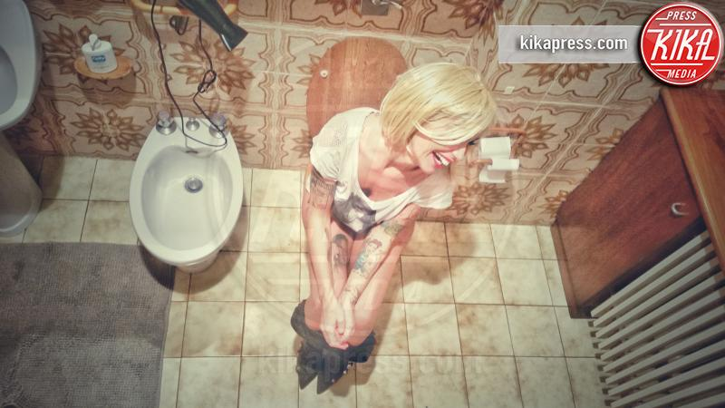 Siria de fazio bionda per un giorno o forse anche pi foto - Spiata nel bagno ...