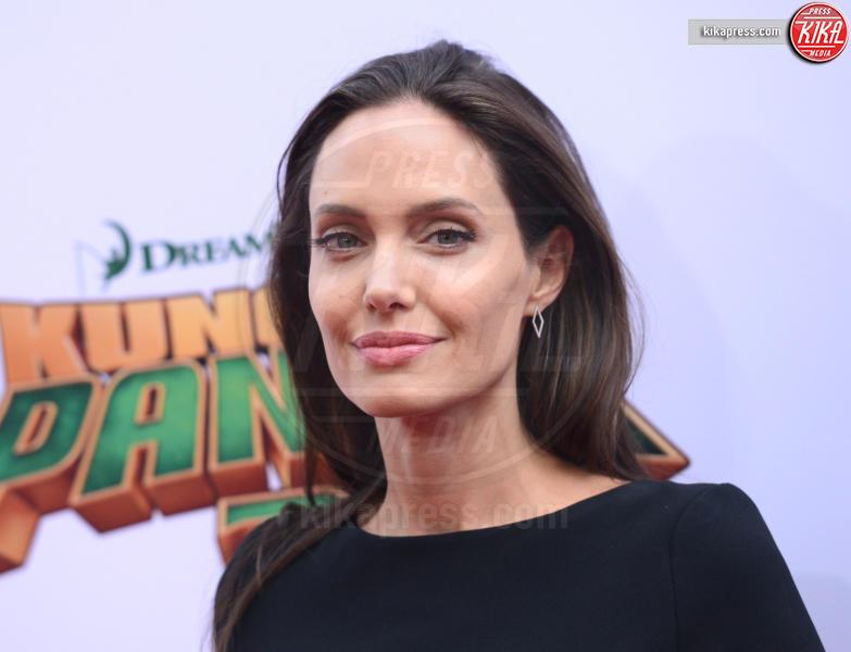 Angelina Jolie - Hollywood - 16-01-2016 - Angelina Jolie cuoca d'insetti per la troupe della BBC