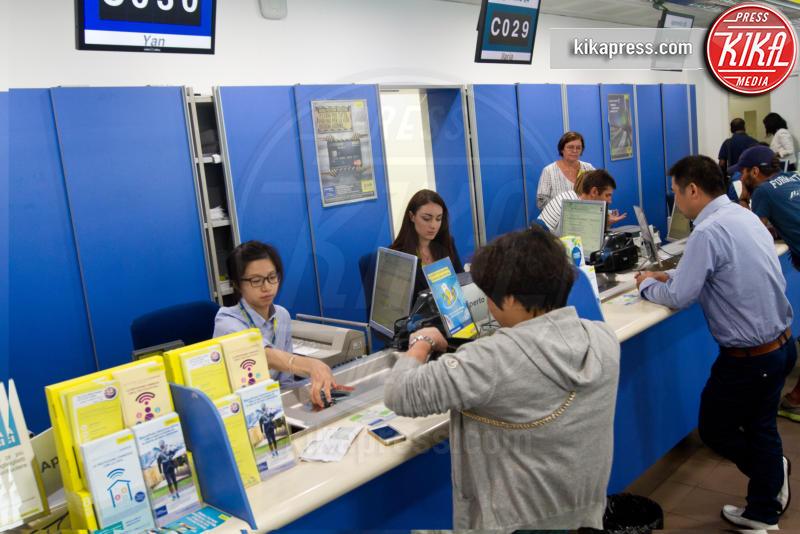 Poste multiculturali - Milano - 25-08-2015 - Milano, allo sportello delle Poste si parla cinese e... arabo!