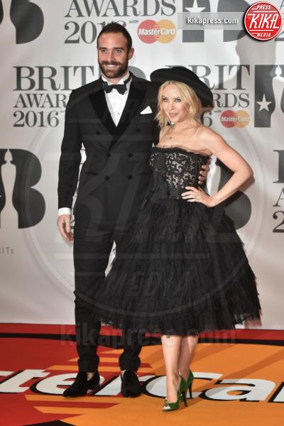 Joshua Sasse, Kylie Minogue - Londra - 24-02-2016 - Kylie Minogue arriva con il futuro marito ai Brit Awards