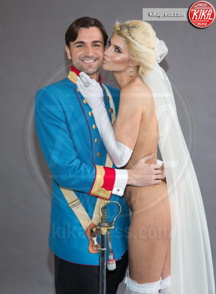 Felix Steiner, Micaela Schaefer - Berlino - 24-02-2016 - Micaela Schaefer è la sexy sposa nuda