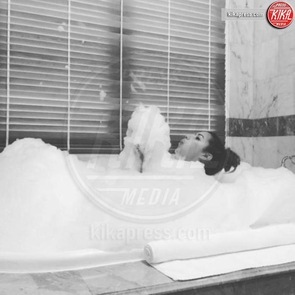 Mariah carey fa sognare i fan nuda nella vasca da bagno - Sognare vasca da bagno ...