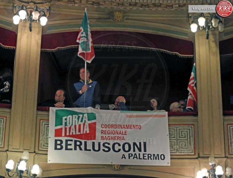 Sostenitori Silvio Berlusconi - Palermo - 19-03-2016 - Silvio Berlusconi, in 2000 lo accolgono al Politeama di Palermo