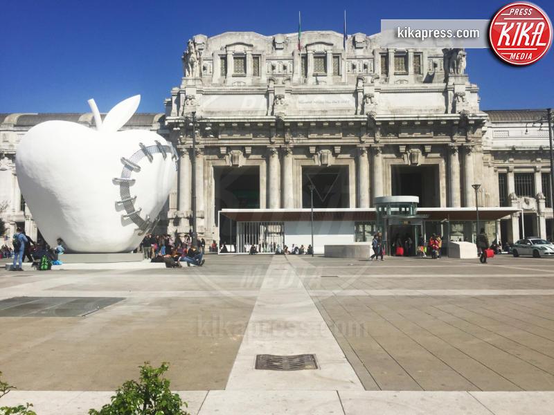 Mela reintegrata - Milano - 24-03-2016 - La Mela Rigenerata, nuovo simbolo di Milano