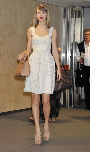 Taylor Swift - Tokyo - 31-05-2014 - Vic Beckham, la più chic in aeroporto secondo British Airways