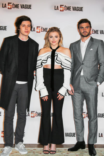 Chloe Grace Moretz, Nick Robinson - Parigi - 20-01-2016 - Chi lo indossa meglio? Chloe Grace Moretz e Kat Graham