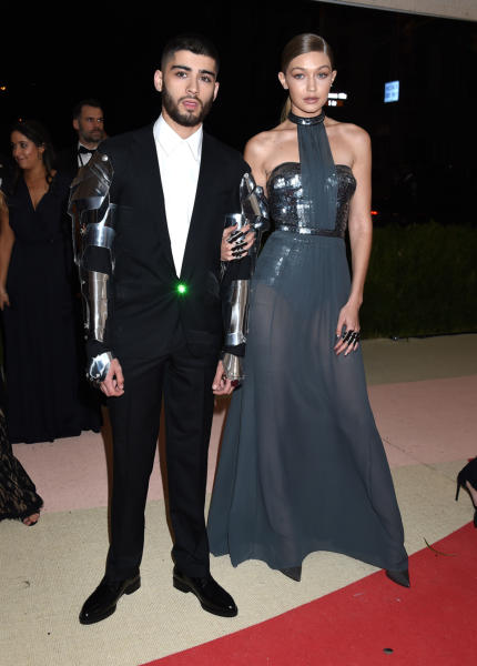 Gigi Hadid, Zayn Malik - New York - 02-05-2016 -  Zayn Malik bacia una sosia di Gigi Hadid