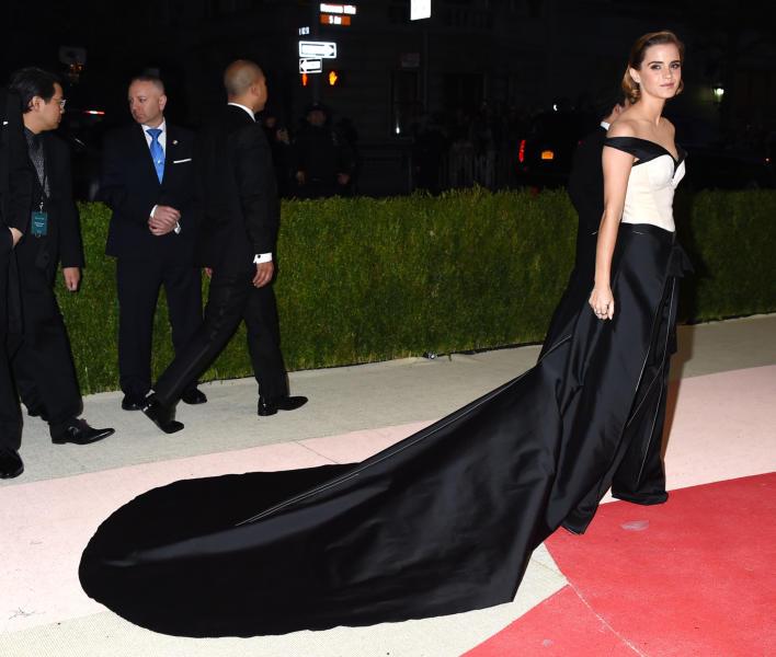 Emma Watson - New York - 02-05-2016 - Emma Watson ricicla gli abiti... non il fidanzato!
