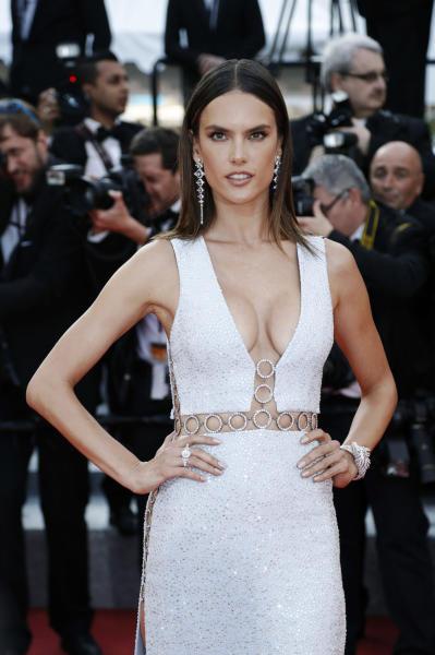 Alessandra Ambrosio - Cannes - 18-05-2016 - Cannes 2017: vi ricordate lo spacco di Bella Hadid?