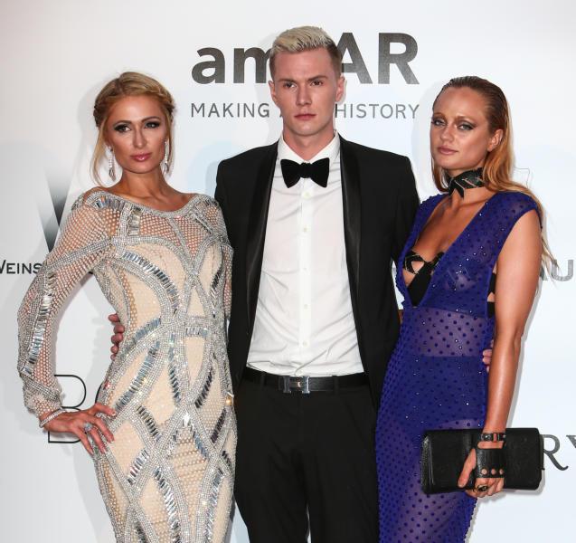 Barron Hilton, Paris Hilton - Cap D Antibes - 19-05-2016 - Alessandra Ambrosio, spacco e scollatura dominano agli amfAR