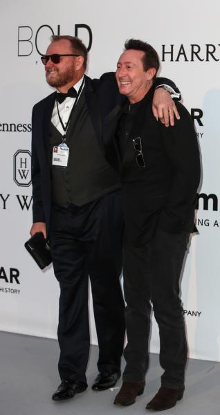 Kevin Frost, Julian Lennon - Cap D Antibes - 19-05-2016 - Alessandra Ambrosio, spacco e scollatura dominano agli amfAR