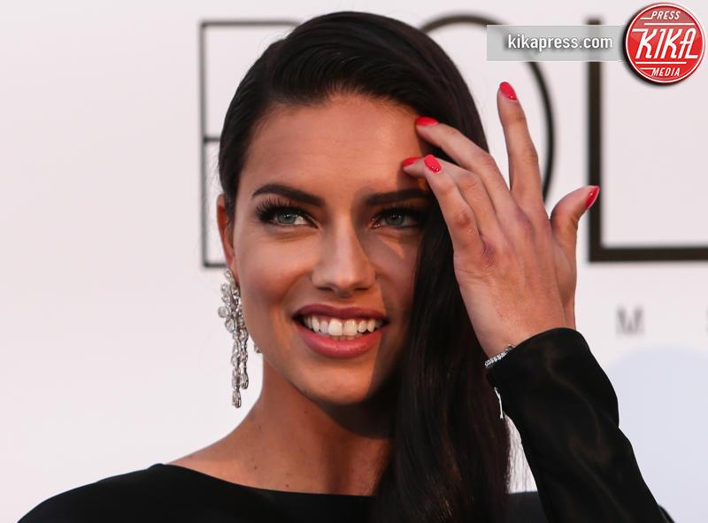 Adriana Lima - Cap D Antibes - 19-05-2016 - Alessandra Ambrosio, spacco e scollatura dominano agli amfAR