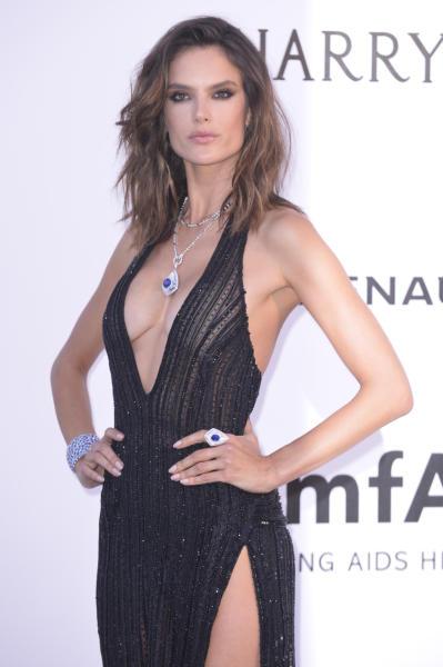 Alessandra Ambrosio - Cannes - 19-05-2016 - Cannes 2017: vi ricordate lo spacco di Bella Hadid?