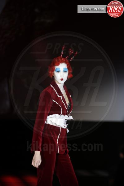 Alice attraverso lo specchio sfilata da mille e una notte foto - Lo specchio di alice milano ...