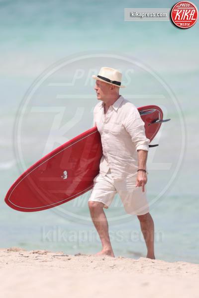 Bruce Willis - Miami - 24-05-2016 - Bruce Willis, dj, surfer ed eroe... per uno spot pubblicitario