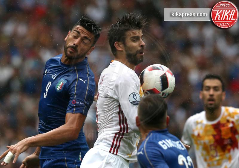 Graziano Pellè, Gerard Piqué - Parigi - 28-06-2016 - Euro 2016: Italia Spagna 2-0, azzurri ai quarti