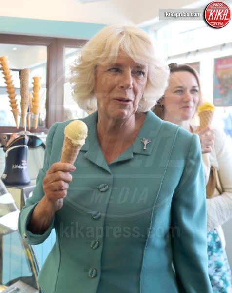 Camilla Parker Bowles - Aberdaron - 05-07-2016 - Star come noi: d'estate non possono fare a meno di un gelato