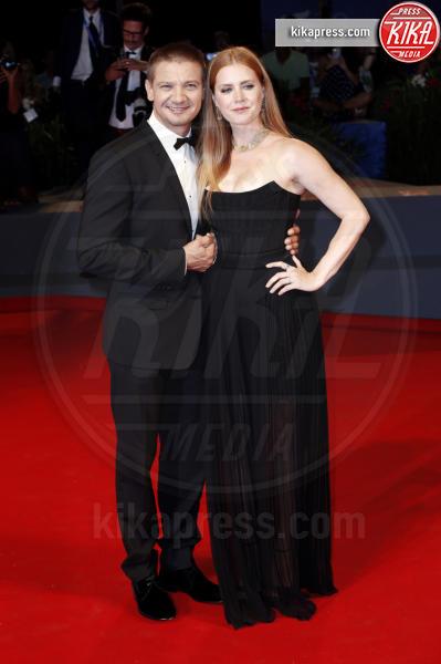Jeremy Renner, Amy Adams - Venezia - 01-09-2016 - La scollatura di Belen ruba la scena ad Amy Adams