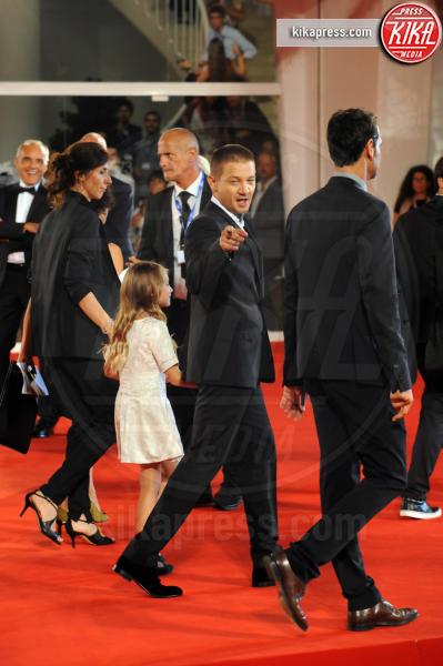 Jeremy Renner - Venezia - 01-09-2016 - La scollatura di Belen ruba la scena ad Amy Adams