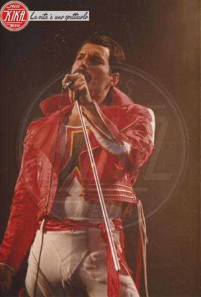 Freddie Mercury - New Haven - 10-08-1982 - Bohemian Rapsody: Rami Malek a torso nudo sul palco