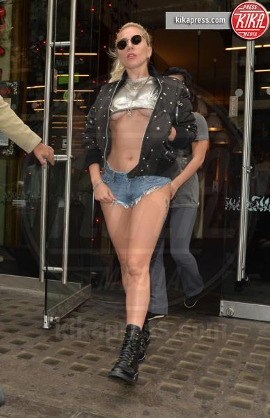Lady Gaga - Londra - 09-09-2016 - Underboob: lo stile di Emily Ratajkowski è imbattibile