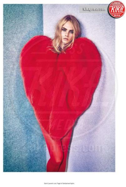 Cara Delevingne - 17-10-2016 - Chi lo indossa meglio? La mantella Heart di Yves Saint Laurent