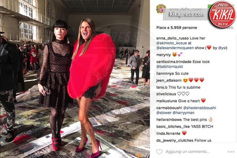 Anna Dello Russo - 17-10-2016 - Chi lo indossa meglio? La mantella Heart di Yves Saint Laurent
