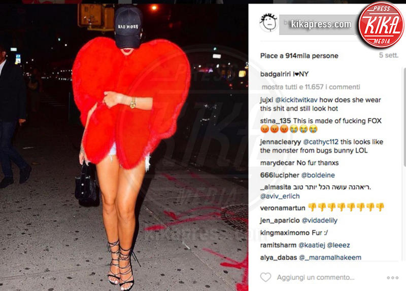 Rihanna - 17-10-2016 - Chi lo indossa meglio? La mantella Heart di Yves Saint Laurent