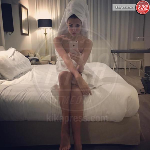 Cristina Chiabotto - Milano - 27-10-2016 - Sexy Cristina Chiabotto: sotto l'asciugamano niente