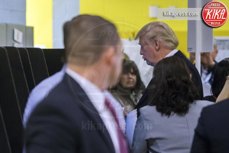 Donald Trump - New York - 08-11-2016 - Donald Trump spia la moglie durante il voto