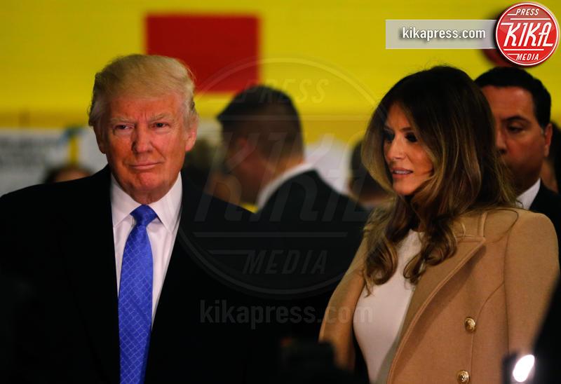 Melania Trump, Donald Trump - New York - 08-11-2016 - Donald Trump spia la moglie durante il voto