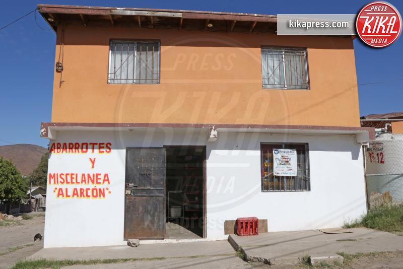 negozio Alarcon - Tijuana - 01-11-2016 - Jennifer Aniston, cuore di mamma: ora aiuta ben due orfanotrofi