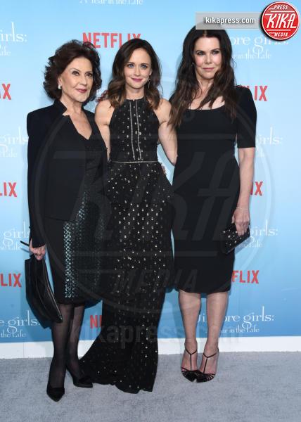 Kelly Bishop, Lauren Graham, Alexis Bledel - Westwood - 18-11-2016 - Lauren Graham e Alexis Bledel sono di nuovo le Gilmore Girls!
