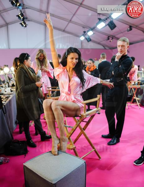 Adriana Lima - Parigi - 30-11-2016 - Forbes: cade l'impero di Gisele, la modella più pagata è lei!
