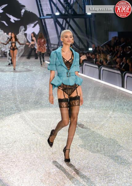 Jourdana Phillips - Parigi - 01-12-2016 - Lady Gaga sfila con gli Angeli di Victoria's Secret a Parigi