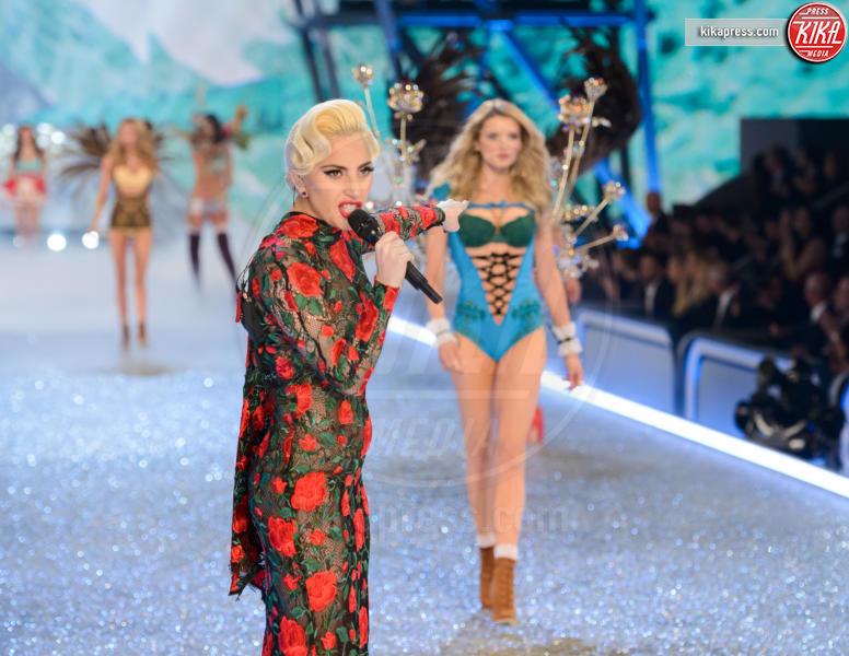 Lady Gaga, Lily Donaldson - Parigi - 30-11-2016 - Lady Gaga sfila con gli Angeli di Victoria's Secret a Parigi