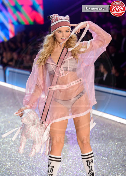 Rachel Hilbert - Parigi - 30-11-2016 - Lady Gaga sfila con gli Angeli di Victoria's Secret a Parigi