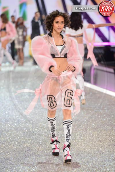Alanna Arrington - Parigi - 30-11-2016 - Lady Gaga sfila con gli Angeli di Victoria's Secret a Parigi