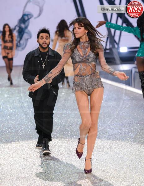 Georgia Fowler, The Weeknd - Parigi - 01-12-2016 - Lady Gaga sfila con gli Angeli di Victoria's Secret a Parigi
