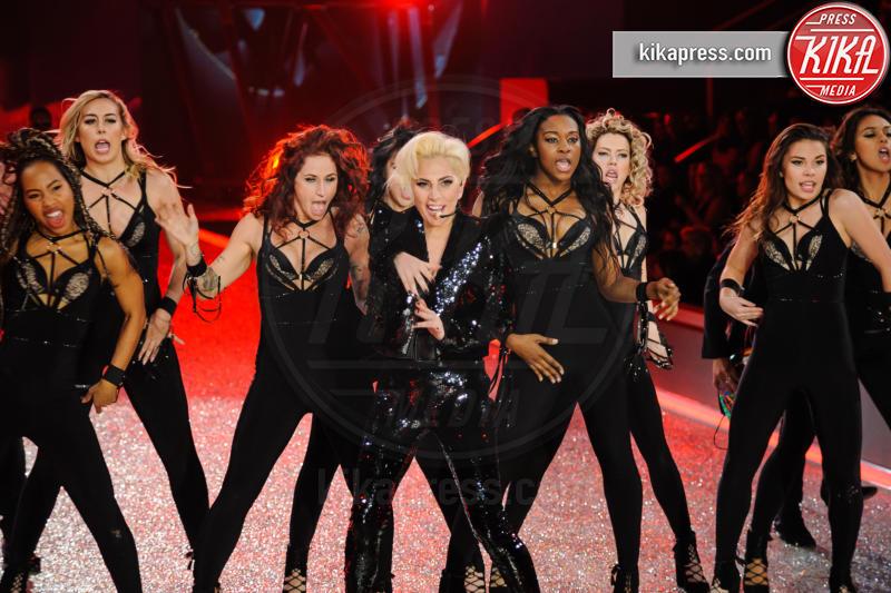 Lady Gaga - Parigi - 30-11-2016 - Lady Gaga sfila con gli Angeli di Victoria's Secret a Parigi
