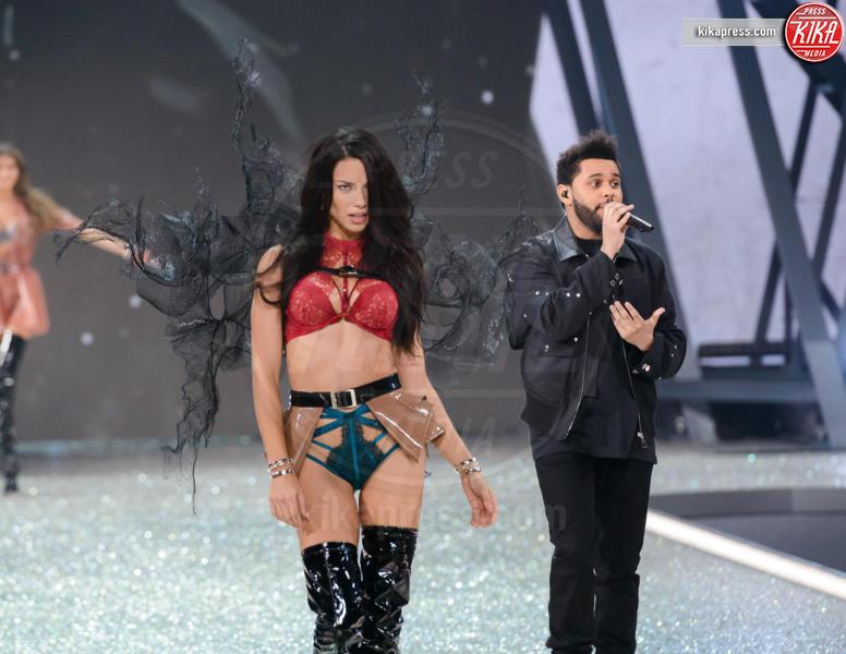 The Weeknd, Adriana Lima - Parigi - 01-12-2016 - Lady Gaga sfila con gli Angeli di Victoria's Secret a Parigi