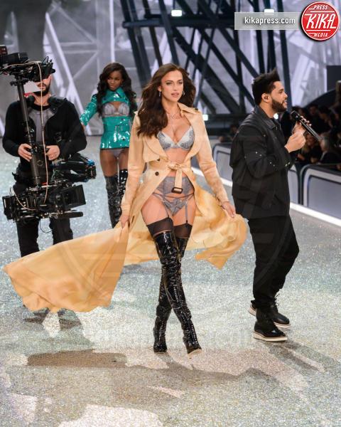 Irina Shayk - Parigi - 01-12-2016 - Irina Shayk è incinta di Bradley Cooper: le foto