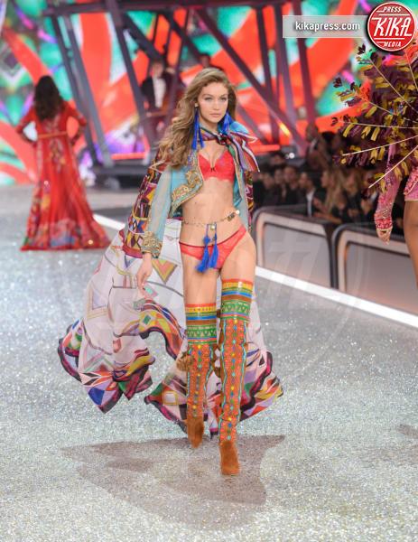 Gigi Hadid - Parigi - 30-11-2016 - Lady Gaga sfila con gli Angeli di Victoria's Secret a Parigi