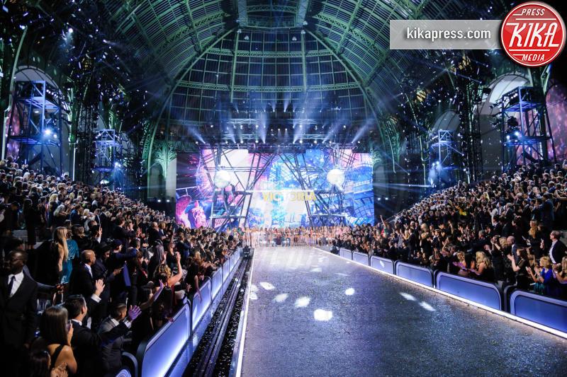 s Secret Models, Victoria&#39 - Parigi - 30-11-2016 - Lady Gaga sfila con gli Angeli di Victoria's Secret a Parigi