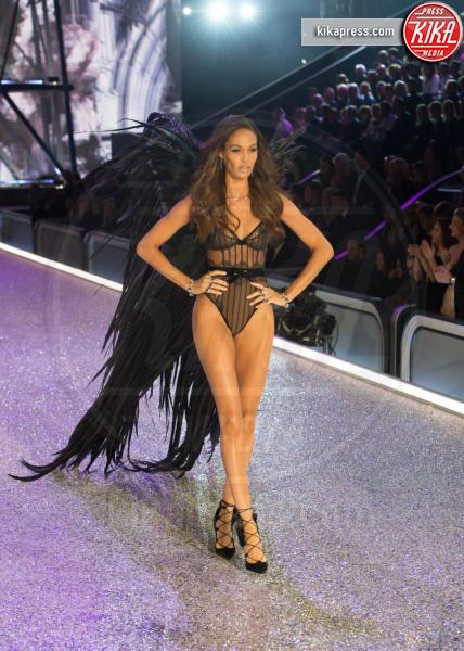 Joan Smalls - Parigi - 01-12-2016 - Lady Gaga sfila con gli Angeli di Victoria's Secret a Parigi