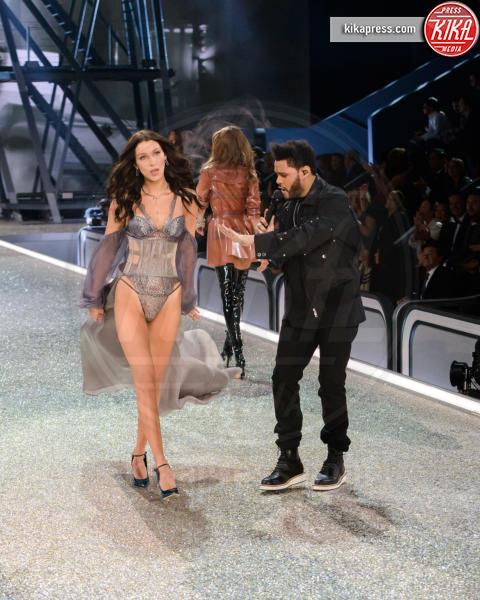 The Weeknd, Bella Hadid - Parigi - 01-12-2016 - Lady Gaga sfila con gli Angeli di Victoria's Secret a Parigi
