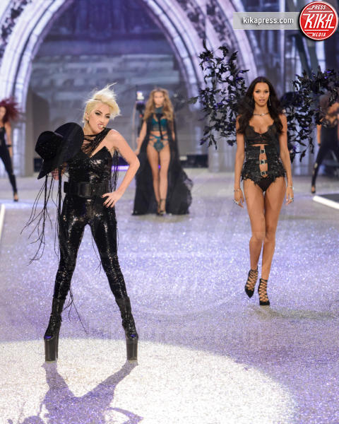 Lais Ribeiro, Lady Gaga - Parigi - 01-12-2016 - Lady Gaga sfila con gli Angeli di Victoria's Secret a Parigi