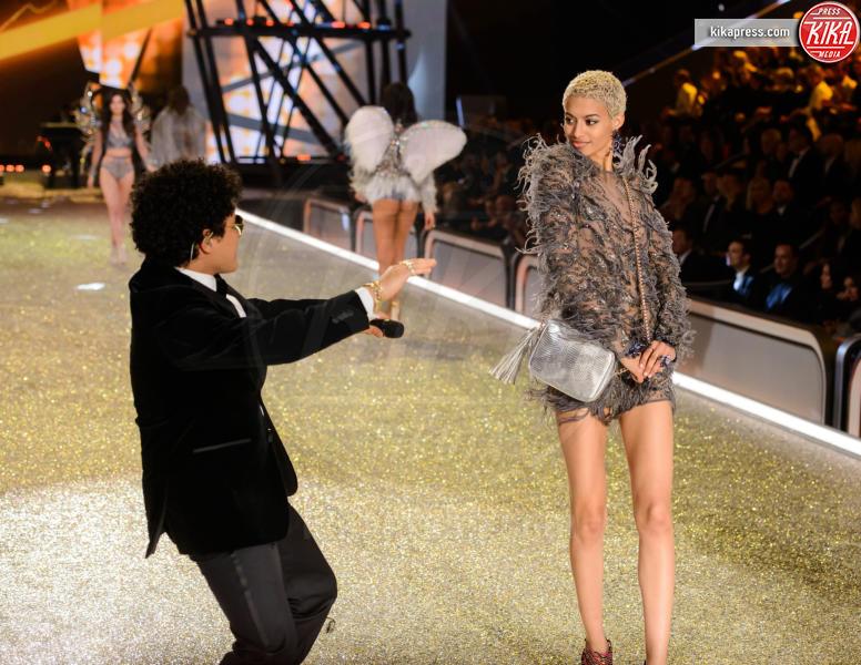 Jourdana Phillips, Bruno Mars - Parigi - 01-12-2016 - Lady Gaga sfila con gli Angeli di Victoria's Secret a Parigi